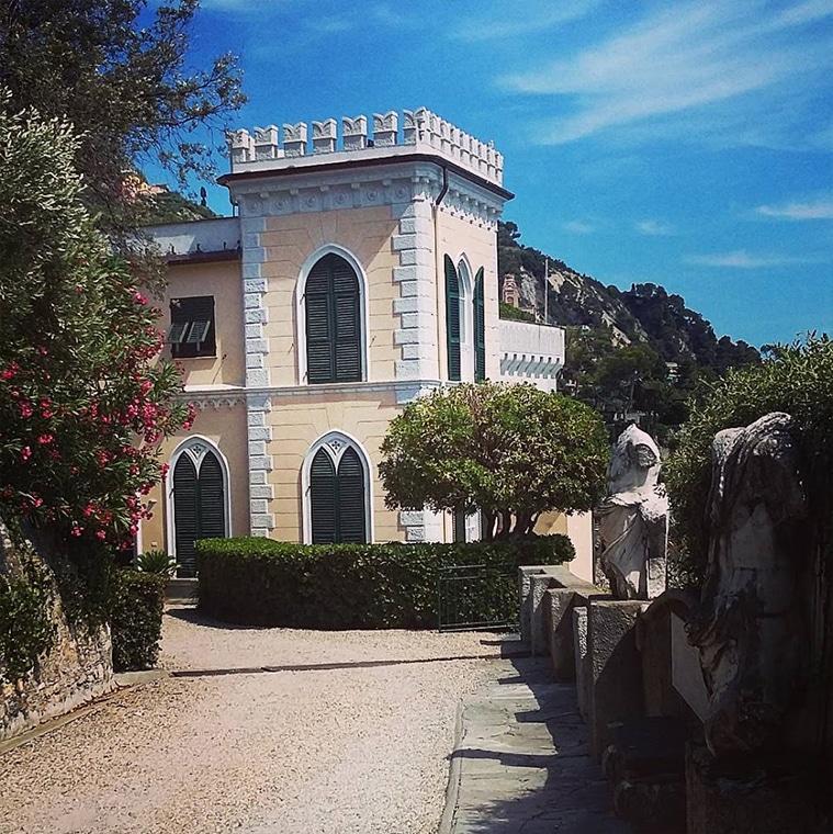 Замок на берегу моря Испания